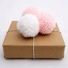 Baby Shower Pom Pom Gift Topper with simple Kraft Paper wrapping paper Baby Gift Wrapping, Baby Shower Wrapping, Regalo Baby Shower, Baby Shower Gift Bags, Diy Christmas Wrapping Paper, Paper Wrapping, Wrapping Ideas, Christmas Paper, Christmas Gifts