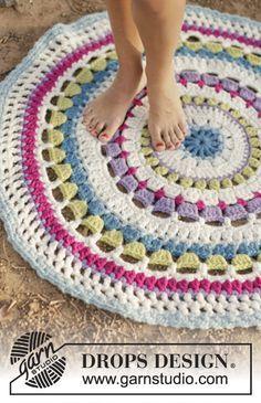 """Color Wheel - Tapis rayé DROPS au crochet, réalisé avec 2 fils """"Eskimo"""". - Free pattern by DROPS Design"""