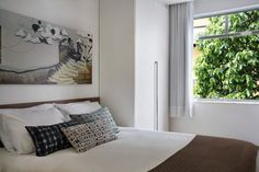 A 290 sq. tiny studio condo in Brazil that's modern, updated, and it's a very well designed and even luxurious small space. Bedroom Apartment, Studio Condo, One Bedroom, Bedroom Interior, Bed Styling, Tiny Studio, Home Interior Design, Condo, One Bedroom Apartment