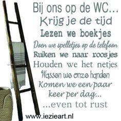 Wat een gezellige tekst voor het kleinste kamertje! Een muur die niet plakt? Deze sticker kun je op een geverfde mdf plaat plakken of op plexiglas. Maar deze tekst is ook leuk op een spiegel Love Me Quotes, Happy Quotes, Quotes To Live By, Best Quotes, Funny Quotes, Humor Quotes, Cool Words, Wise Words, Dutch Words