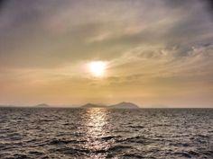 ( Evening Now at Hakata bay in Japan) 28 Jun. 18:14 博多湾は全天雲におおわれていますが、うす雲から光が漏れています。