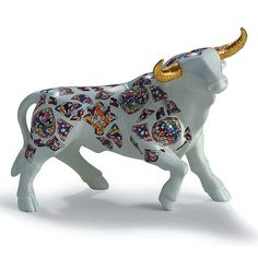 Elegant figure representing the animal most representative and emblematic of the Spanish culture, the bull. Alphonse Mucha, Ceramic Painting, Ceramic Art, Animal Sculptures, Sculpture Art, Bull Tattoos, Cow Creamer, Cow Parade, Spanish Culture