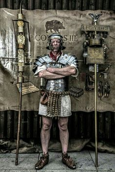 Roman legionary among the insignias of its legion Ancient Rome, Ancient Greece, Ancient History, Alter Krieger, Imperial Legion, Roman Armor, Roman Legion, Empire Romain, Roman Soldiers