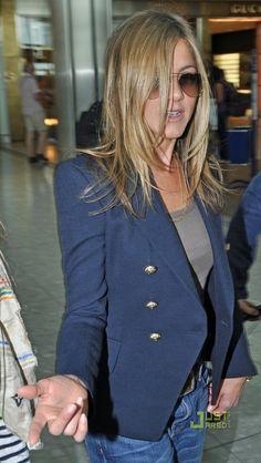 Balmain vs Zara: look alike Jennifer Aniston! Jennifer Aniston Pictures, Jennifer Aniston Style, Jeniffer Aniston, Proper Attire, Celebrity Sunglasses, Layered Fashion, Mini Vestidos, Blazers For Women, Celebrity Style