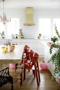 NORSK: Tati-stolene fra 1989, signert Ralf Lindberg for Gärsnäs, står flott sammen med det solide trebordet Viola fra norske Ygg og Lyng. Ve...