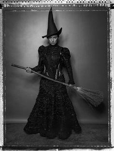 "Elphaba Thropp from the musical ""Wicked"" (Idina Menzel) -- halloween costume? Halloween Photos, Vintage Halloween, Halloween Fun, Halloween Witches, Halloween Makeup, Vintage Witch Costume, Victorian Halloween, Halloween Table, Halloween Prints"