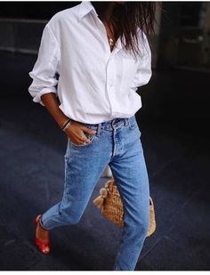 High waist slim mom jeans to keep up with the style. High rise Button fastening Functional pockets Slim tapered leg Sits on the ankle Relaxed fit Denim blue White Shirt And Blue Jeans, Classic White Shirt, White Shirt Outfits, White Shirts, Jeans And Tshirt, White Button Down Shirt, Slim Mom Jeans, Jeans Fit, Fashion Mode
