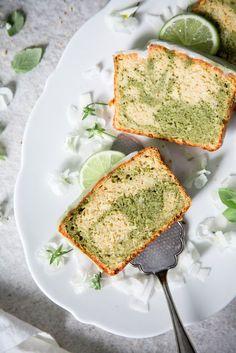 Saftiger Matcha-Marmorkuchen mit Mandeln.