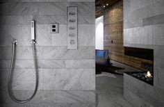 Eine Nische im Badezimmer eignet sich immer hervorragend für die Dusche. In diesem Projekt handelt es sich um eine offene Walk-In Dusche, ergänzt mit einem Thermostat und einer Stabhandbrause aus Edelstahl. Optisch passt sich dieses ausgezeichnet an das Gesamtbild des Raums an.  Mehr Infos zu diesem Projekt und die verwendeten Produkte finden Sie unter www.badezimmer.com !