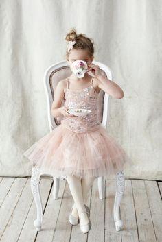 *Una pequeña descansa con un té.