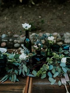 Emerald green and dusty blue wedding table decor | Image by Jessie Schultz Photography