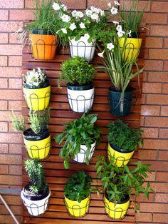 déco balcon avec plantes en pots accrochés au mur- un mini-jardin vertical