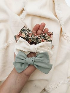 Home of embroidered, handmade baby Bonnets for little girls and boys. Diy Hair Scrunchies, Diy Hair Bows, Baby Girl Bows, Girls Bows, Fabric Bows, Fabric Flowers, Kids Headbands, Hair Bow Tutorial, Baby Bonnets