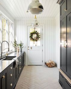 When I scrolled by this laundry room by my eye immediately saw that log basket. I thought it would be perfect in my living room make-over, which I am currently working on. ✅ How's your Wednesday going? Home Interior, Decor Interior Design, Interior Colors, Interior Livingroom, Interior Modern, My Living Room, Living Room Decor, Studio Mcgee, Home Decor Paintings