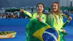 Olimpíada Rio - 2016. Martine Grael e Kahena Kunze comemoram a conquista da medalha de ouro na regata, classe 49ers FX da Vela.  Fotografia: Benoit Tessier / Reuters.
