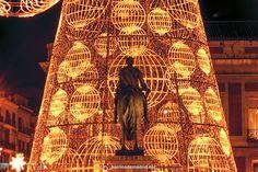 Luces de Navidad 2015 - Madrid deslumbra con su magia Llega la Navidad a Madrid y, con ello, las luces de Navidad. La capital irradia de color y tiñe de dorado nuestros paseos por la ciudad. Un fulgor mágico que nos envuelve y nos lleva a la época más bella de la villa madrileña. © http://barriosdemadrid.net/?p=2646