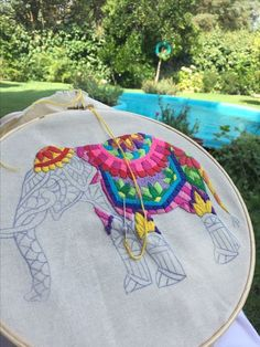I'd like to be able to embroider-but more than that-Id like to have a garden like this to sit out in 💛 Elefante hindu bordado Hand Embroidery Stitches, Crewel Embroidery, Hand Embroidery Designs, Beaded Embroidery, Cross Stitch Embroidery, Bordados E Cia, Cross Stitching, Needlework, Creations