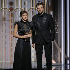 """❤️NEWS❤️ Emma Watson e Robert Pattinson hanno presentato insieme il premio per Best Television Limited Series or Motion Picture Made for Television, che è andato alla serie """"Big Little Lies"""". """"È stato grande, anche se sono stato sul palco per poco, volevo davvero farlo con Emma Watson. Penso stia facendo un lavoro enorme con queste campagne. Fa molte cose speciali ed è fantastico! Sembra che siano davvero tutti interessati a questa campagna #Timesup. sono veramente onorato di essere qui.""""…"""