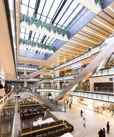 Image 19 of 37 from gallery of Shanghai Greenland Center / Nikken Sekkei. Photograph by Yang Min / mintwow Shopping Mall Interior, Shopping Malls, Mall Design, Store Design, Dark Interiors, Shop Interiors, Shanghai, Atrium Design, Casas Containers