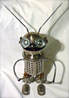 Robot-glouton, sculpture métal recyclé ( sucrier, porte couvert, antenne radio. # sculpture # robot # métal recycled #