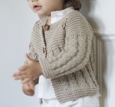 cable knitted jacket for babies Baby Knitting Patterns, Knitting For Kids, Crochet For Kids, Baby Patterns, Crochet Baby, Knit Crochet, Baby Barn, Baby Cardigan, Baby Sweaters