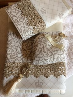 Jogo toalhas Shaby Chic, Shabby Chic Style, Diy Sewing Projects, Sewing Crafts, Bed Cover Design, Living Room Decor Curtains, Decorative Towels, Luxury Towels, Bath Linens