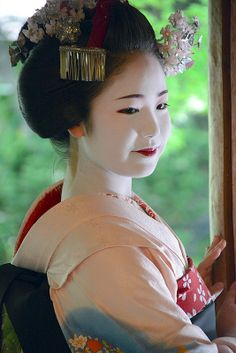 The word Maiko translates to a geisha in training or apprentice Japanese Geisha, Japanese Beauty, Japanese Kimono, Japanese Girl, Asian Beauty, Geisha Japan, Kyoto, Geisha Art, Memoirs Of A Geisha