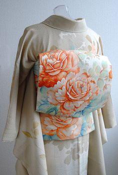 お誕生会は薔薇づくしでフローラルになるよう頑張ってみました☆ 手持ちは小紋が多いので、留袖や色無地以外の紋付訪問着はこれ1枚だけかも。 やさしい色で薔... Traditional Japanese Kimono, Traditional Dresses, Japanese Geisha, Chinese Clothing, Chinese Dresses, Kabuki Costume, Modern Kimono, Yukata Kimono, Kimono Design