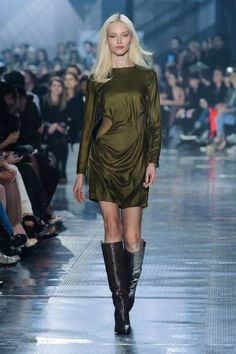 Swedish fashion retailer H&M presented their new H&M Studio fall/winter 2014 collection last night Paris fashion week fall The focus was on nonchalant Fashion Week, High Fashion, Fashion Show, Paris Fashion, Fashion 2014, Izabel Goulart, Joan Smalls, Swedish Fashion, Fall Winter 2014