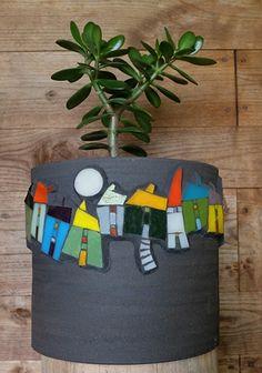 mosaic by Michelle Combeau vase modern- ligne de maisons sur fond noir