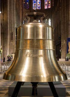 """La campana """"Étienne"""" pesa 1494 kg y mide 126,7 cm de diámetro. Como recuerdo del antiguo iglesia-catedral de París que precedió la Catedral actual Notre-Dame y que estuvo colocada bajo la protección de Saint Étienne, el primer mártir. Sobre esta campana podemos leer la quinta frase del Ángelus: """"Y el Verbo se hizo carne"""""""