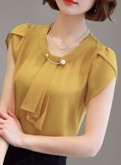 Chiffon Round Neck Plain Short Sleeves Casual Blouses - Blouses - veryvoga Source by blouses casual Sleeves Designs For Dresses, Dress Neck Designs, Blouse Designs, Stil Inspiration, Sewing Blouses, Short Sleeve Blouse, Short Sleeves, Chiffon, Blouse Styles