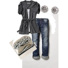 gray top, jeans, flip flops. simple and cute.  Anything with flip flops is good in my book!