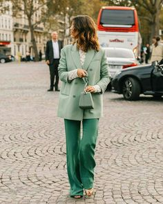 The Best Street Style at Paris Fashion Week 2019 Cool Street Fashion, Paris Fashion, Tokyo Fashion, Verde Aqua, Streetwear, Monochrome Outfit, Mode Chic, Vestidos Vintage, Ootd
