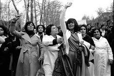İran'da  8 Mart 1979'da Dünya Kadınlar Gününde toplanan yaklaşık 100.000 kadın, devrim sonrası dışarıda gezerken başörtüsü takmanın zorunlu olmasını protesto ediyor.  Approximately 100,000 women gathered in Iran on March 8, 1979 at World Women's Day are protesting that it is imperative to wear a headscarf while traveling outside after the revolution.
