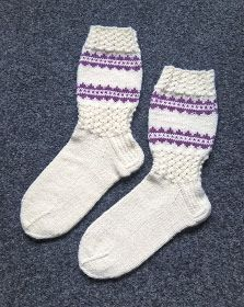 Langan viemää: Kirjoneulekokeiluja Knitting Socks, Knit Socks, Knitting Projects, Mittens, Crafts, Fashion, Knitting Designs, Moda, Manualidades