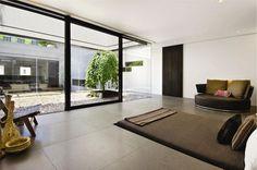 Verzonken bed in deze serene slaapkamer met zcht op de binnenplaats #interieur