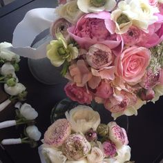 Brudebuket med roser, pæoner, franske anemoner, hortensia og ranunkler. Plus brudepigebuket og 5 knaphulsblomster. (Tine)