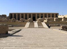 Templo de millones de años de Seti I en Abydos. Dedicado a Osiris, dios local y divinidad funeraria por excelencia. Templo con 2 patios, doble sala hipóstila, 7 capillas para 7 divinidades (1 el faraón) y al fondo una capilla de Osiris. Anexo al santuario se encuentra un edificio llamado Osireion, cenotafio o falsa tumba de Osiris.
