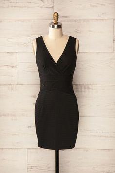 Sabadell ♥ Votre silhouette mise en valeur dans cette petite robe noire vous vaudra des regards flatteurs.     Your silhouette showcased in this little black dress will deserve you admirative glances.