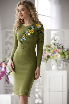 nails - Elegant dress Season of flowers trendy colour Kale, with a gorgeous oversized embroidery flowers WOW effect! Embroidery On Clothes, Embroidery Suits, Embroidered Clothes, Embroidery Fashion, Elegant Dresses, Casual Dresses, Short Dresses, Fashion Dresses, Dame Chic