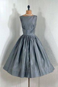Vestido de seda gris de los años 50