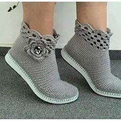 sandalias y zapatos tejidos a crochet ile ilgili görsel sonucu Crochet Sandals, Crochet Boots, Love Crochet, Crochet Clothes, Crochet Baby, Knit Crochet, Knit Shoes, Shoe Pattern, Knitted Slippers