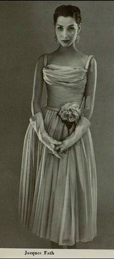 "Abito da sera di Jacques Fath 1956 [translated: "" Evening dress by Jacques Fath Vintage Glamour, Vintage Beauty, Vintage Ladies, Vintage Vogue, Jacques Fath, Fifties Fashion, Retro Fashion, Fifties Style, Vintage Gowns"