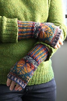Ravelry: Oregon Hand Warmers pattern by Alice Starmore Fingerless Gloves Knitted, Knit Mittens, Fair Isle Knitting Patterns, Wrist Warmers, Hand Knitting, Knit Crochet, Retro, Spring, Gloves