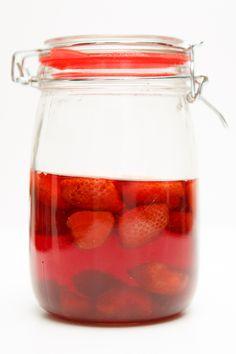 Erdbeer-Essig. Dafür benötigt Ihr nur ein paar Erdbeeren, einen guten Essig und etwas Zeit.