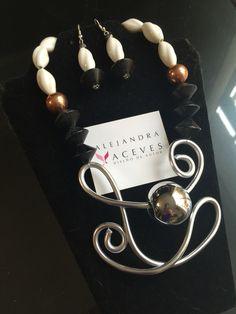 Collar de metal, con latón, madera y cerámica. Aretes a juego.  FB: Alejandra Aceves Accesorios.
