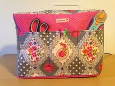 Freebook Sewing machine cover and on the back a bag Tutorial and video- stoffmauss Fabric Crafts, Sewing Crafts, Sewing Projects, Wood Projects, Sewing Hacks, Sewing Tutorials, Diy Accessoires, Sewing Rooms, Sewing Accessories