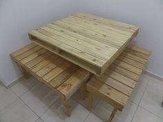 conjunto de mesa com 2 bancos feitos de pallets