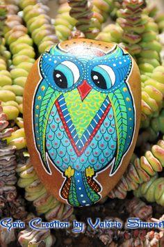 Galet peint à la main Hibou ou Chouette bleue verte et